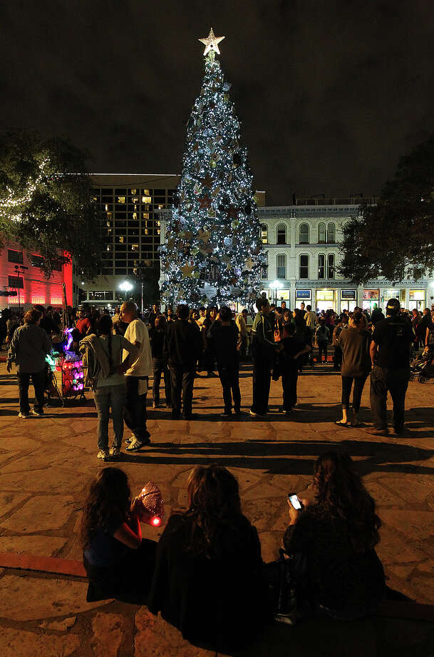 Thousands are expected to gather for the lighting ceremony Friday in Alamo Plaza. File photo Photo: KIN MAN HUI, SAN ANTONIO EXPRESS-NEWS / SAN ANTONIO EXPRESS-NEWS