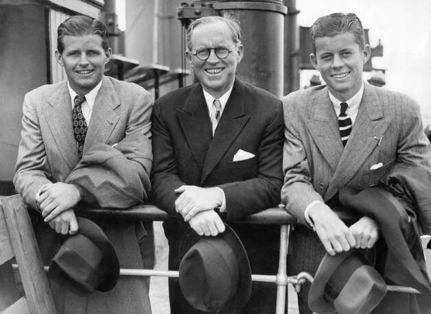 Brothers Joseph Kennedy Jr. (left) and John F. Kennedy flank their dad, Joseph Kennedy, in 1938. Photo: Getty Images / AFP