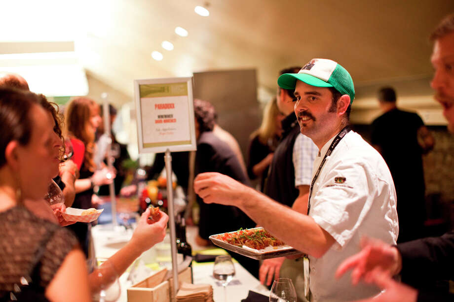 Chef Clint Davies of Fish Story passes out ahi tuna tacos. Photo: Jason Henry, Special To The Chronicle / ONLINE_YES