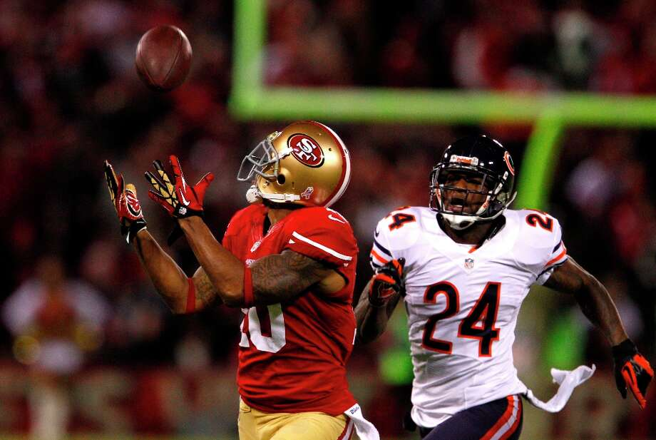 49ers wide receiver Kyle Williams (10) out runs Chicago Bears cornerback Kelvin Hayden (24) to catch the ball for a gain in the first quarter of the San Francisco 49ers game against the Chicago Bears at Candlestick Park in San Francisco, Calif., on Monday November 19, 2012. Photo: Carlos Avila Gonzalez, The Chronicle / ONLINE_YES