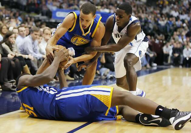 Stephen Curry (center), who had 31 points, struggles for a loose ball with Darren Collison (right) and Festus Ezeli. Photo: Brandon Wade, McClatchy-Tribune News Service