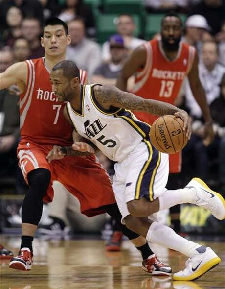 Jazz guard Mo Williams drives around Jeremy Lin, who also struggled offensively Monday night. Photo: AP, STF / AP