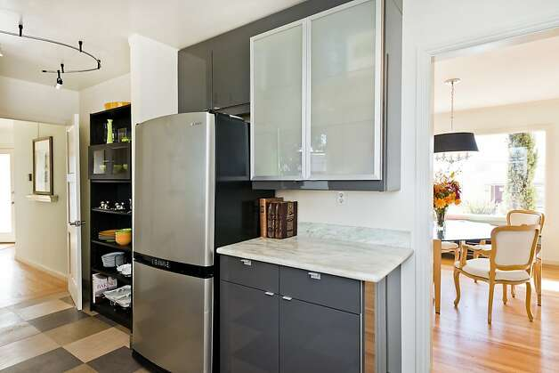 There are frosted glass front cabinets in the kitchen. Photo: Olga Soboleva
