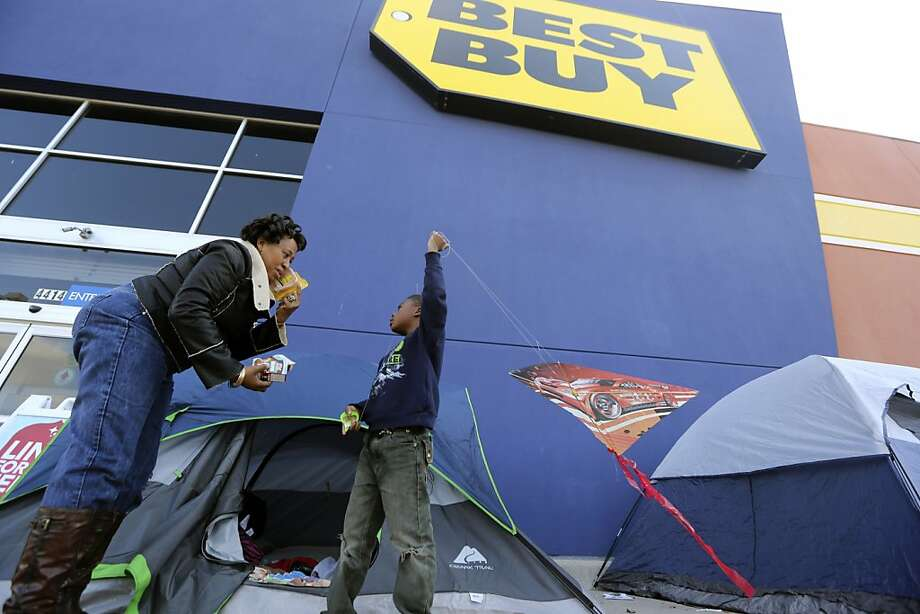 Best Buy is trying to improve service as customers defect to Amazon.com and Walmart stores. Photo: LM Otero, Associated Press