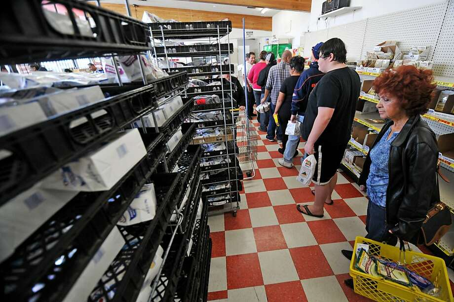 Customers wait in a long line at the Hostess Bakery Outlet store in Victorville on Saturday, a day after Hostess said it would shut down. Photo: David Pardo, Associated Press