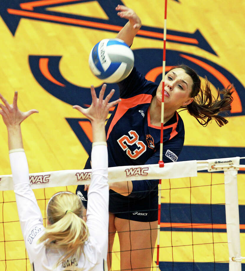 Dempsey Thornton takes a shot for the Runners as Idaho beats UTSA 3-2 in the semifinals of the WAC volleyball tournament at the UTSA Convocation Center  on November 20, 2012. Photo: Tom Reel, San Antonio Express-News / ©2012 San Antono Express-News