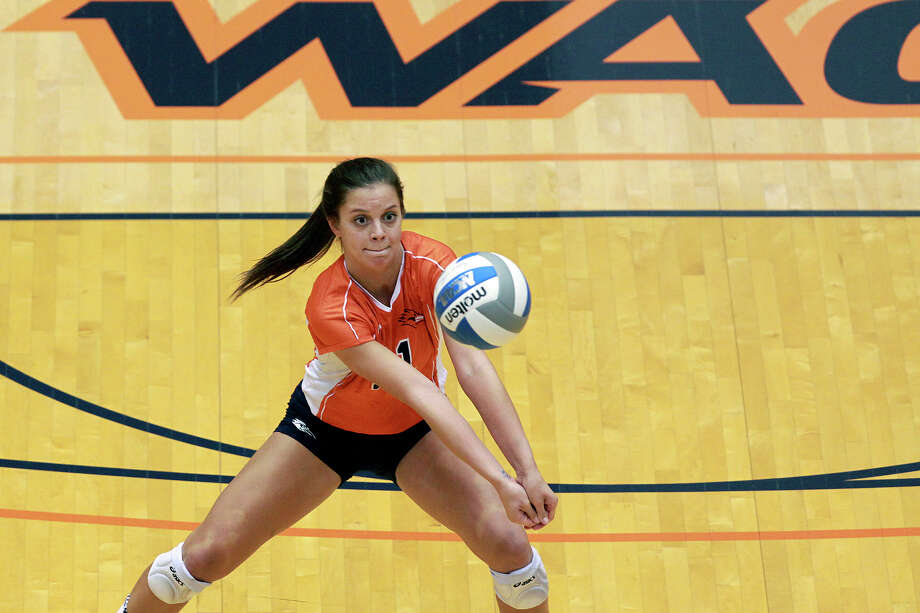 Annie Kunes fields a ball for the Roadrunners as Idaho beats UTSA 3-2 in the semifinals of the WAC volleyball tournament at the UTSA Convocation Center  on November 20, 2012. Photo: Tom Reel, San Antonio Express-News / ©2012 San Antono Express-News