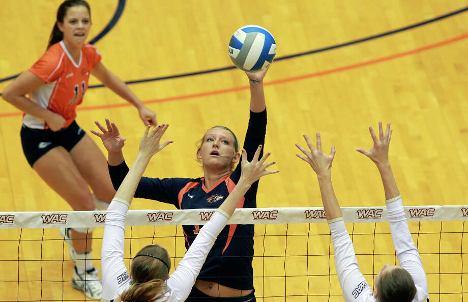 Kylie Schott tips over Idaho as Idaho beats UTSA 3-2 in the semifinals of the WAC volleyball tournament at the UTSA Convocation Center  on November 20, 2012. Photo: Tom Reel, San Antonio Express-News / ©2012 San Antono Express-News