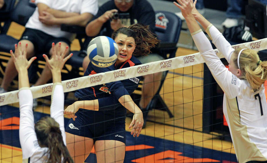 Dempsey Thornton finds a hole through the defenders as Idaho beats UTSA 3-2 in the semifinals of the WAC volleyball tournament at the UTSA Convocation Center  on November 20, 2012. Photo: Tom Reel, San Antonio Express-News / ©2012 San Antono Express-News
