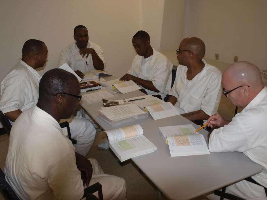 Prison seminarians in the Southwestern Baptist Theological Seminary program go through Bible study together (Photo: Grove Norwood)