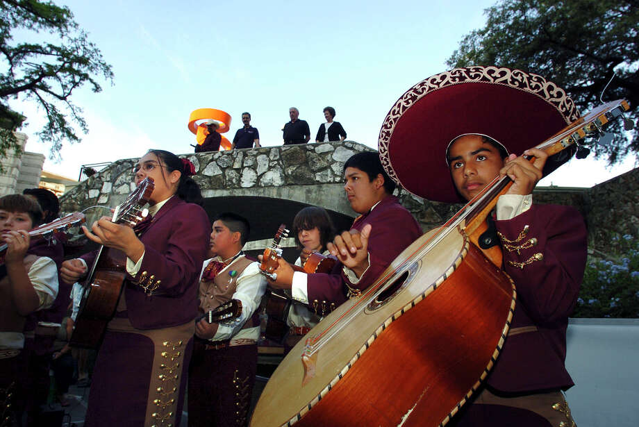 Mariachis.   Photo: BILLY CALZADA, SAN ANTONIO EXPRESS-NEWS / SAN ANTONIO EXPRESS-NEWS