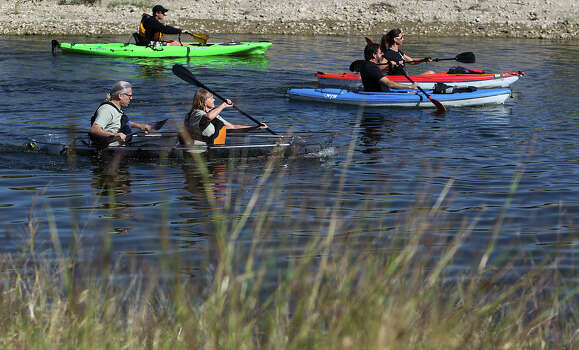 Paddling on the Mission Reach. Photo: Kin Man Hui, San Antonio Express-News / ©2012 San Antonio Express-News