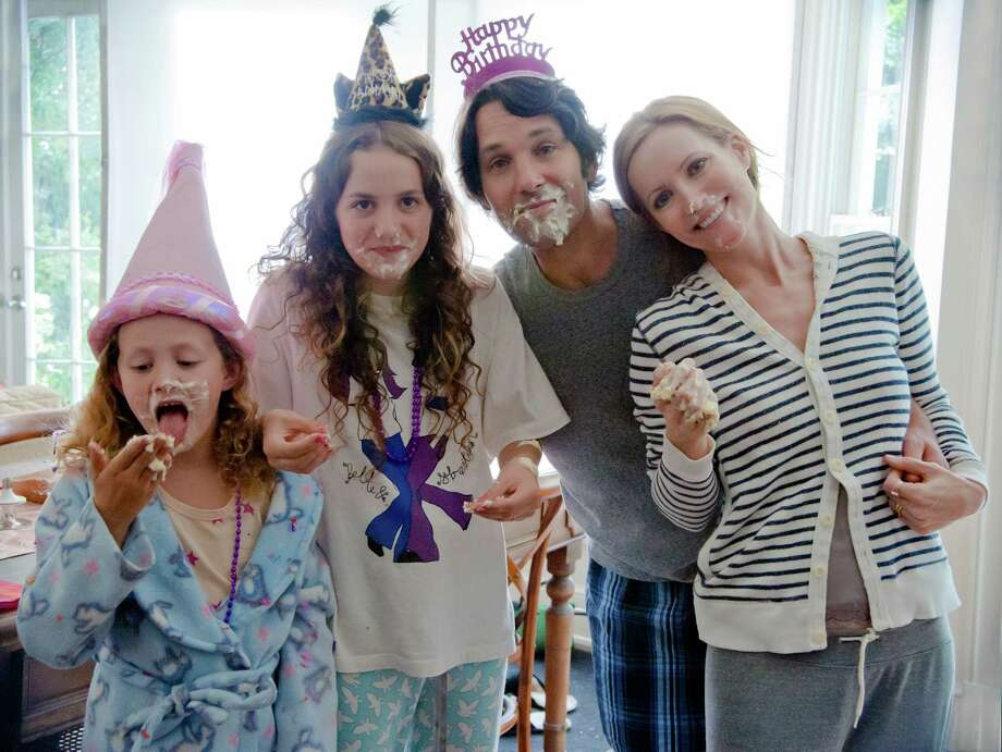 "Charlotte (Iris Apatow), Sadie (Maude Apatow), Pete (Paul Rudd) and Debbie (Leslie Mann) in ""This Is 40"", an original comedy from writer/director/producer Judd Apatow. Photo: Suzanne Hanover / © Universal Pictures"