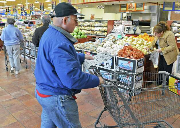 Shoppers ready for Thanksgiving dinner at Price Chopper in Slingerlands Wednesday Nov. 21, 2012.  (John Carl D'Annibale / Times Union) Photo: John Carl D'Annibale / 00020201A