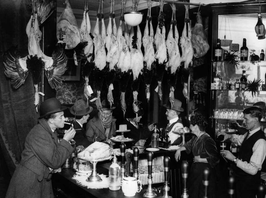 A city bar in London at Christmas with plucked turkeys hanging overhead on Dec. 1, 1923. Photo: Topical Press Agency, Getty Images / Hulton Archive