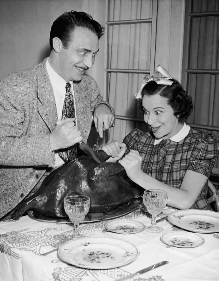 Actor Fanny Brice and Hanley Stafford carve a turkey, circa 1945. Photo: Hulton Archive, Getty Images / Hulton Archive