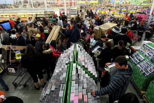 BUSINESS: Shoppers fill H-E-B Plus for Black Friday sales on Friday Nov. 25, 2011. More than 2500 people lined up outside waiting for the doors to open at 4 a.m. HELEN L. MONTOYA/hmontoya@express-news.net Photo: HELEN L. MONTOYA, San Antonio Express-News / SAN ANTONIO EXPRESS-NEWS