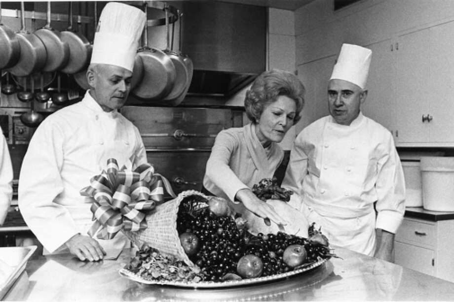 Pat Nixon with the White House Chefs in the kitchen, viewing the Thanksgiving turkey and vegetables, November 19, 1970. (U.S. National Archives and Presidential Libraries)