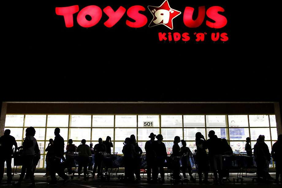 Shoppers line up for a Black Friday sale outside a Toys R Us store in Royal Palm Beach, Fla., late on Thanksgiving Day. Photo: Rachel Mummey, Associated Press