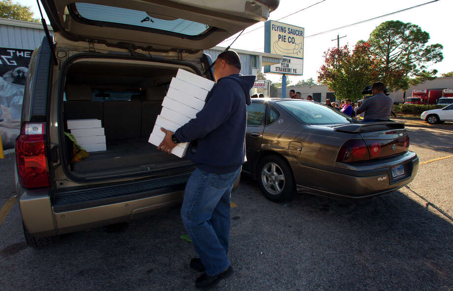 John Torres loads pies Wednesday, Nov. 21, 2012, in Houston. Photo: Cody Duty, Houston Chronicle / © 2012 Houston Chronicle