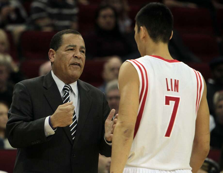 Kelvin Sampson left, speaks with Jeremy Lin as the Rockets play the Bulls. (James Nielsen / Houston Chronicle)