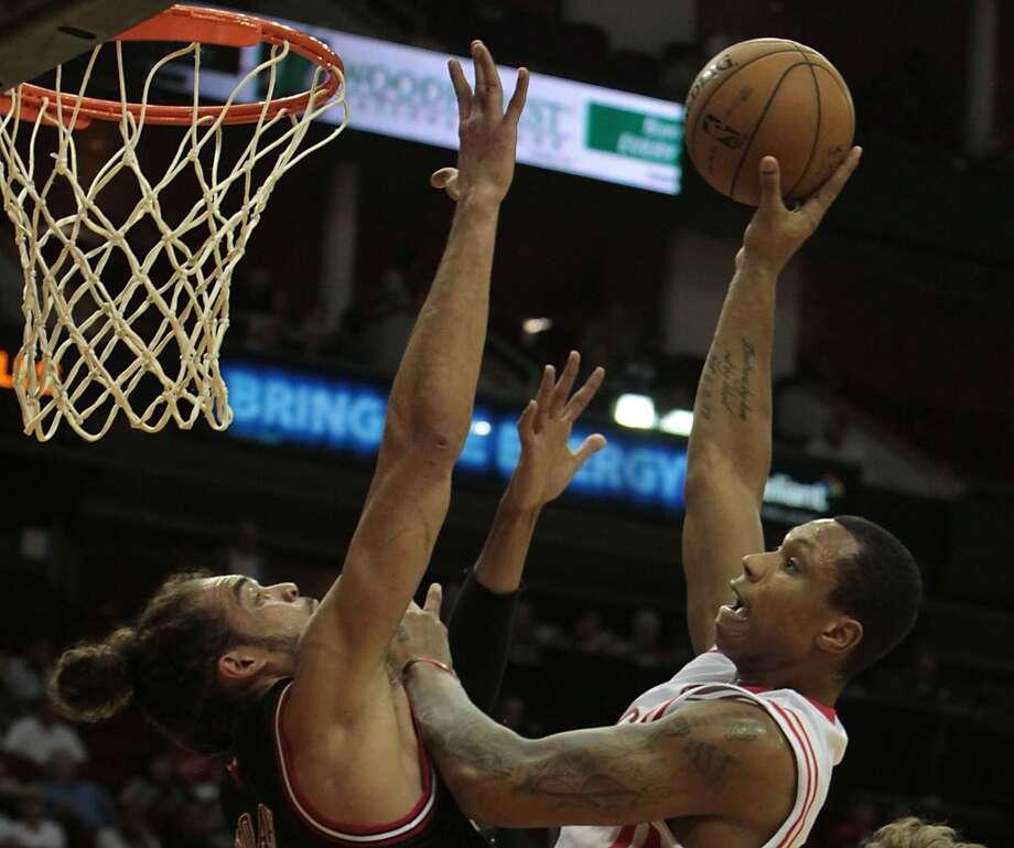 Greg Smith right, shoots the ball over the Bulls Joakim Noah during the second quarter. (James Nielsen / Houston Chronicle)