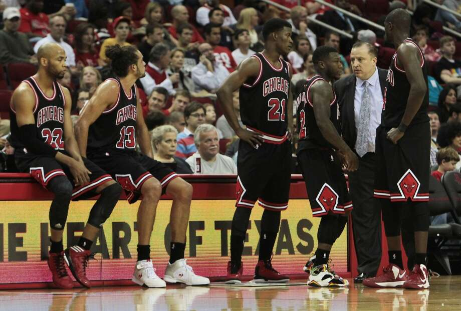 Bulls head coach Tom Thibodeau 2nd from right speaks with players during the first half of tonight's NBA game against the Rockets. (James Nielsen / Houston Chronicle)