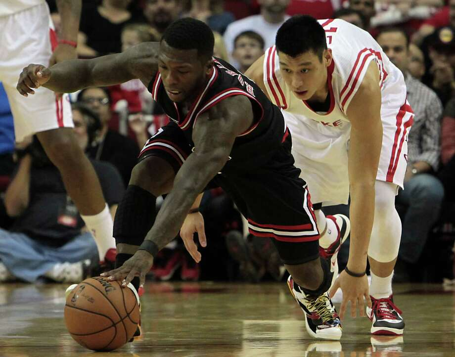 The Bulls' Nate Robinson left, has the inside track in a scramble with Jeremy Lin on Wednesday night. Photo: James Nielsen, Staff / © Houston Chronicle 2012