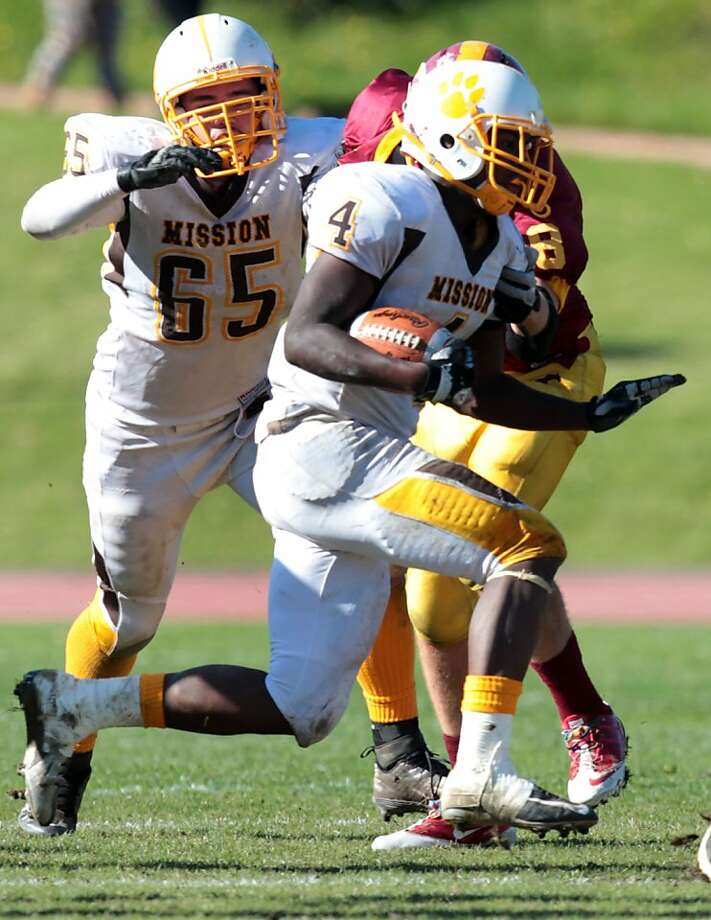 "Mission's Armani McFarland runs against the Lincoln Mustangs at Kezar Stadium. The Lincoln Mustangs played the Mission Bears in the annual AAA/SF Section Varsity Football ""Turkey Day"" championship game in San Francisco Thursday Nov. 22, 2012. Lincoln won 22-21 Photo: Lance Iversen, The Chronicle"