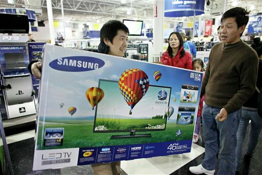 Customers shop for Black Friday discounts at a Best Buy store, Friday Nov 23, 2012, in Northeast Philadelphia. Photo: Joseph Kaczmarek, AP / AP2012