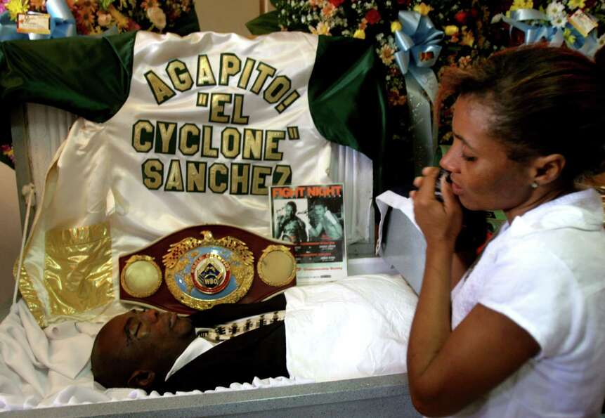 Evarista Sanchez, sister of Agapito Sanchez, cries over the coffin of former boxing champion in 2005