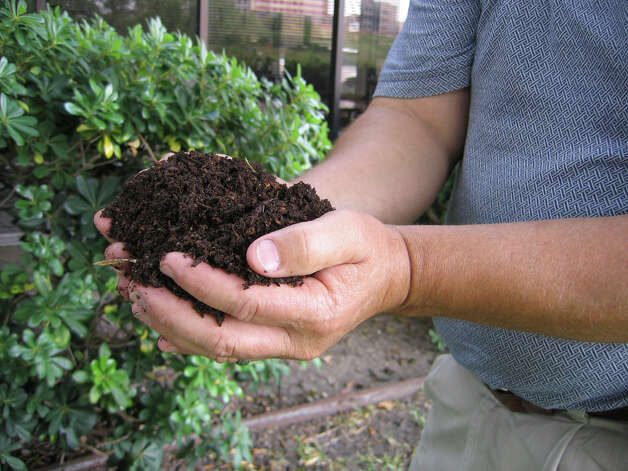 Compost enriches garden soil and lawns, making them able to hold water and improve drainage. Photo: San Antonio Express-News / SAN ANTONIO EXPRESS NEWS