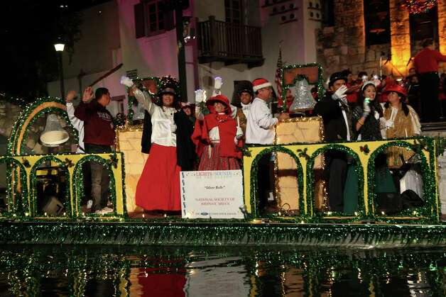 Crowds gather downtown to watch the Ford Holiday River Parade & Lighting Ceremony on Friday, Nov. 23, 2012. Photo: Xelina Flores-Chasnoff,  For MySA.com