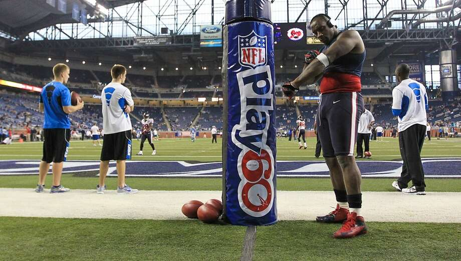 Texans defensive end Antonio Smith warms up before the game. (Karen Warren / Houston Chronicle)