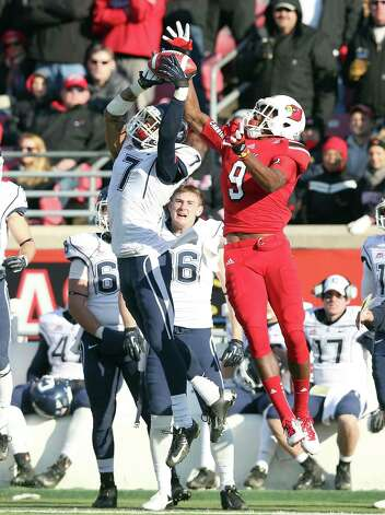 LOUISVILLE, KY - NOVEMBER 24:  DeVante Parker #9 of the Louisville Cardinals and Dwayne Gratz #7 of the Connecticut Huskies reach for the ball during the game at Papa John's Cardinal Stadium on November 24, 2012 in Louisville, Kentucky.  (Photo by Andy Lyons/Getty Images) Photo: Andy Lyons, Getty Images / 2012 Getty Images