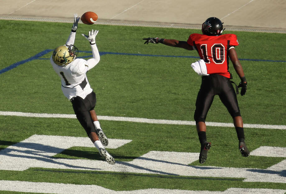 North Forest's Anthony Jones (1) makes an 18-yard touchdown reception past Terry's Kishawn McClain during the second half of a 4A Division II high school area round playoff game, Saturday, November 24, 2012 at Galena Park ISD Stadium in Houston, TX. Photo: Eric Christian Smith, For The Chronicle