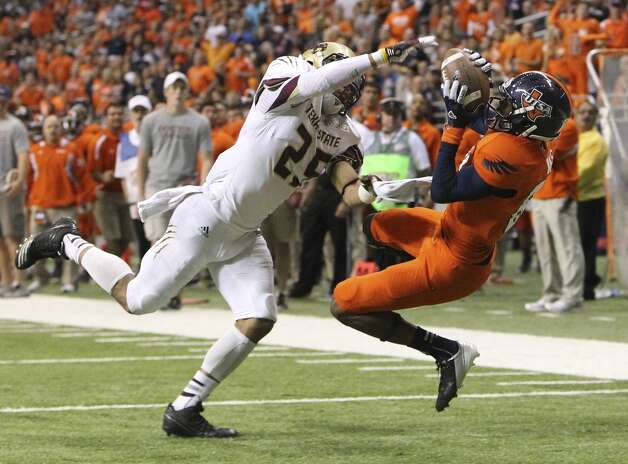 UTSA's Kenny Bias (81) attempts a catch against Texas State's Craig Mager (25) in the second half of their game at the Alamodome on Saturday, Nov. 24, 2012. Bias dropped the pass as he fell to the ground. The Roadrunners defeated the Bobcats 38-31. (Kin Man Hui / San Antonio Express-News)