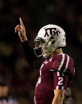 Texas A&M quarterback Johnny Manziel (2) gets the play from the sidelines during the second quarter of a NCAA football game against Missouri, Saturday, Nov. 24, 2012, in Kyle Field in College Station. Photo: Nick De La Torre, Houston Chronicle / © 2012  Houston Chronicle