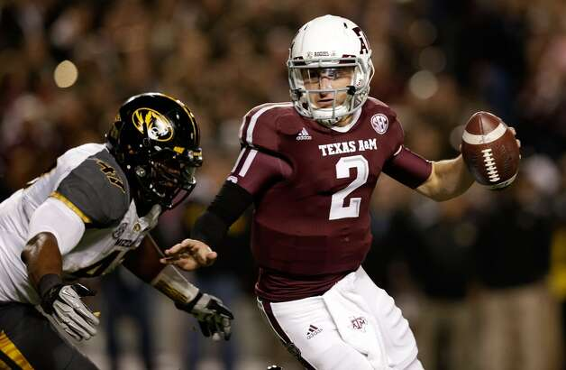 Johnny Manziel #2 of the Texas A&M Aggies runs away from the tackle of Kony Ealy #47 of the Missouri Tigers at Kyle Field on November 24, 2012 in College Station, Texas. (Scott Halleran / Getty Images)