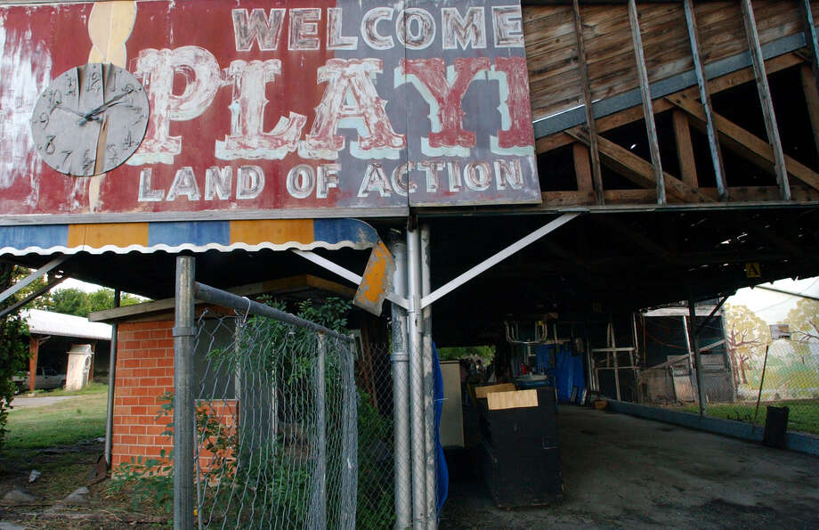 FOR METRO - The entrance to Playland Park Friday Aug 22, 2003. PHOTO BY EDWARD A. ORNELAS/STAFF Photo: EDWARD A. ORNELAS, SAN ANTONIO EXPRESS-NEWS / SAN ANTONIO EXPRESS-NEWS