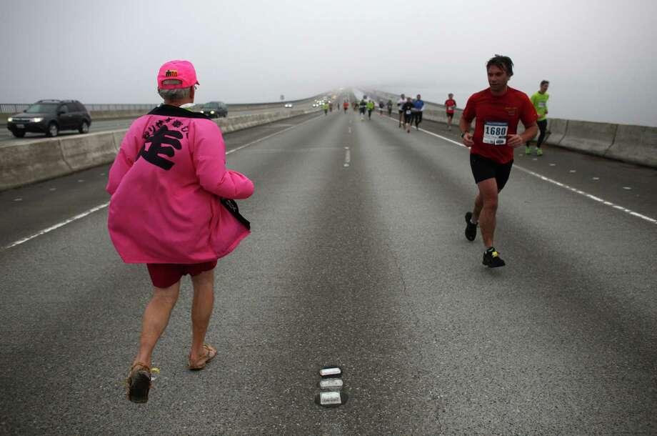 Runners cross the Interstate 90 floating bridge. Photo: JOSHUA TRUJILLO / SEATTLEPI.COM