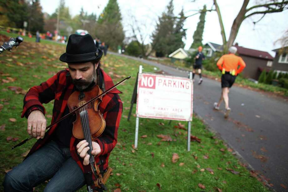 Alex MacLeod of the band Rabbit Stew provides some music for runners in the Montlake neighborhood. Photo: JOSHUA TRUJILLO / SEATTLEPI.COM