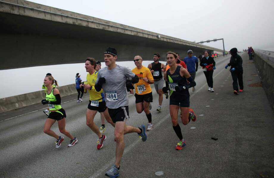 Runners cross the Interstate 90 floating bridge. Photo: JOSHUA TRUJILLO / SEATTLEPI.COM