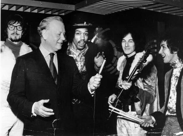 Jimi Hendrix , with, from left to right; disc jockey Jonathan King, Godfrey Winn of EMI and Noel Redding  and Mitch Mitchell of his band The Experience in 1967. Photo: Evening Standard, Getty / Hulton Archive