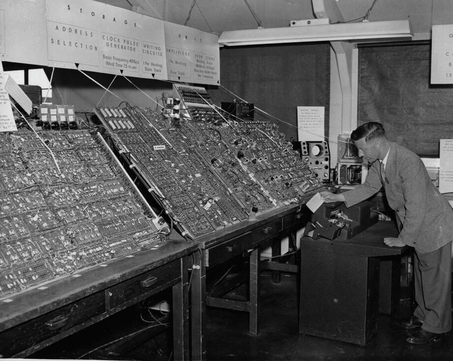 The general purpose analogue computer, used especially for design studies, is shown on May 29, 1956. Photo: Folb, Getty Images / Hulton Archive