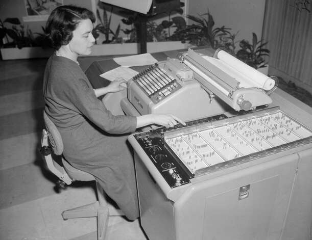 Sheilah Ablett works with the E101 computer on December 4, 1956 at the British Institute of Management in London. Photo: Douglas Miller, Getty Images / Hulton Archive