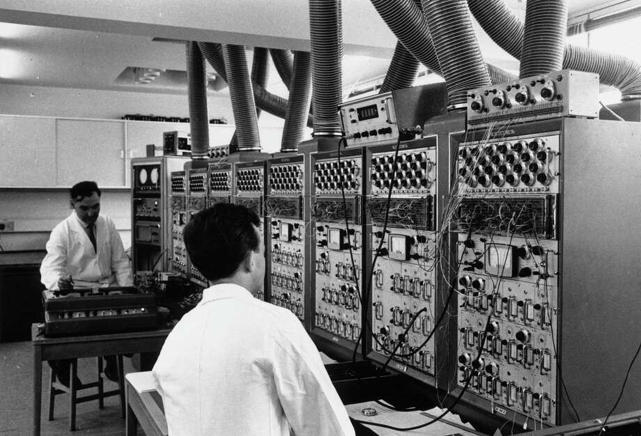 Researchers use a computer to predict the possible results of scientific experiments on June  4, 1964. Photo: Keystone, Getty Images / Hulton Archive