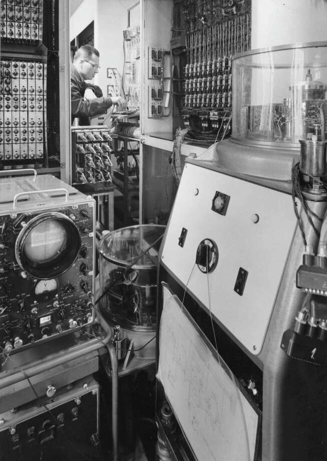 A Hungarian computer operates at the Hungarian Academy of Science on July 4, 1962. Photo: Tamas Fenyes, Getty Images / Hulton Archive