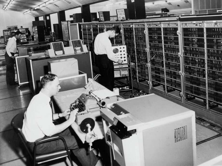 An English Electric KDF9 transistorized computer is shown in use at the first regional computing center in Edinburgh, Scotland on February 23, 1967. Photo: Evening Standard, Getty Images / Hulton Archive
