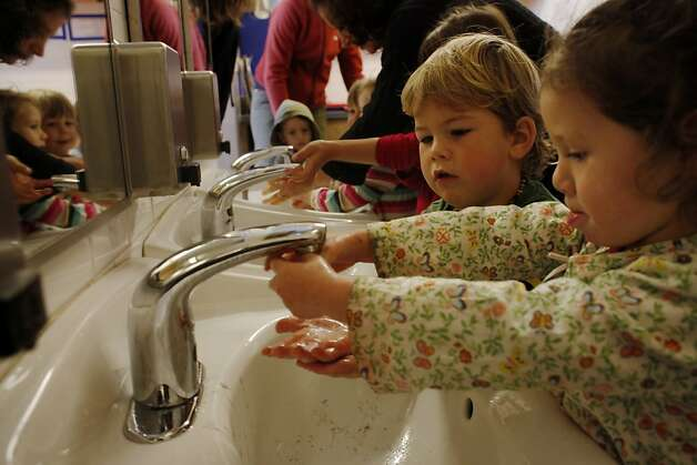 August Smith (left) asks to share the sink with Skylla McArthur as they wash up for a snack. Photo: Lacy Atkins, The Chronicle